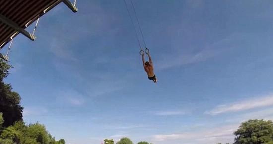 法国运动员大桥上玩吊环 场面刺激