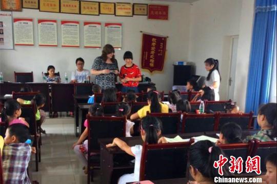 美国女研究生中国高校实习山村支教关爱留守儿童