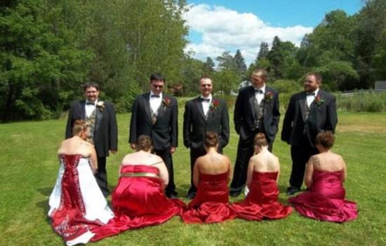 """盘点搞怪婚礼照 新娘伴娘下跪""""求婚"""""""