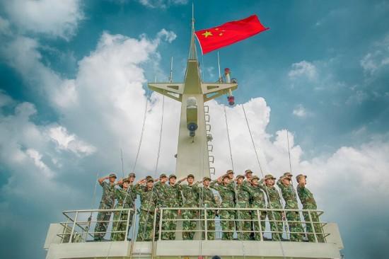 网友与五星红旗的合影.(图片来自于雷希颖微博)图片