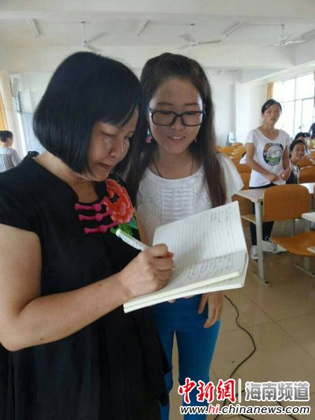 学生们与蔡葩(左)互动。