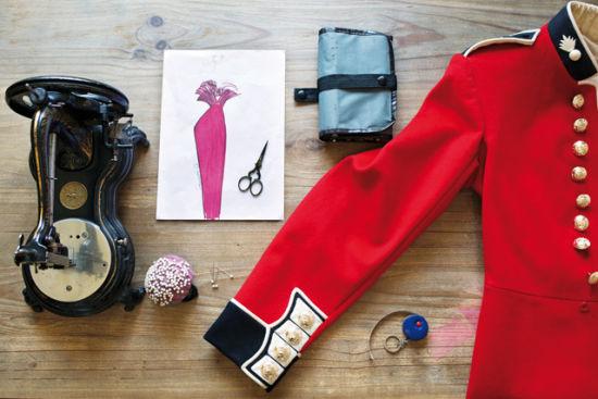 跳蚤市场是淘旧货者和猎奇者的幸福所在,图为乔齐从世界各地跳蚤市场收集来的时装与配饰