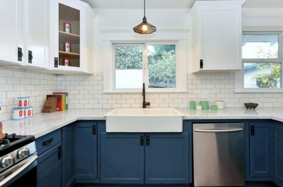 这栋改造的老屋色彩十分亮丽,厨房的再生木材和蓝色橱柜的搭配,再加上华丽的暗色硬件与地铁白瓷砖十分精致漂亮。另外极富特点的家具用品也让室内变得十分温馨可爱。个性化的卫浴设计十分值得大家借鉴学习。再看看儿童房,想必亮丽的床单会让孩子更有欲望与床亲密接触,