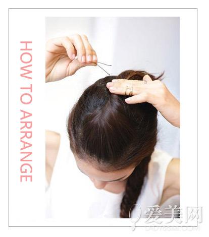 步骤:   step 1:将头发分成上下两部分,下面的头发集中在侧边编成鱼骨
