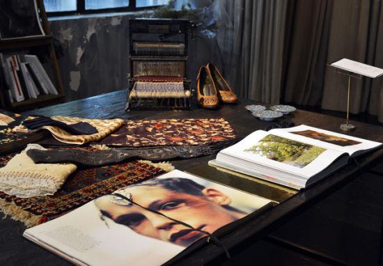 Dries van Noten 早期作品图册陈列于长桌上