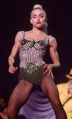 麦当娜1990年Blond Ambition巡回演唱会上穿的绿色丝绸锥形胸衣