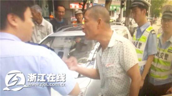 艾滋病男子开无牌车被查 连咬两交警泄愤(图)