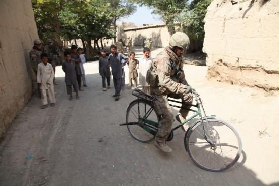 阿富汗美军学骑中国凤凰牌自行车