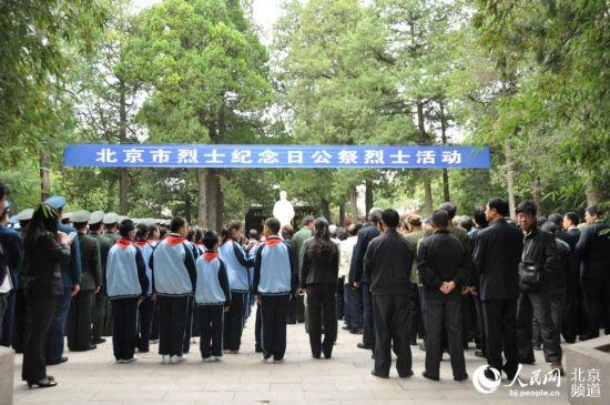 党和国家领导人首个 烈士纪念日 向人民英雄敬献花篮图片