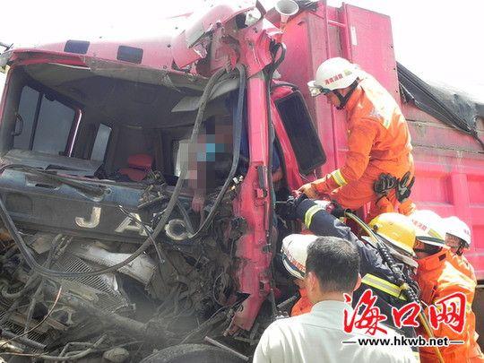 2拉沙工程车发生追尾 致一司机当场身亡
