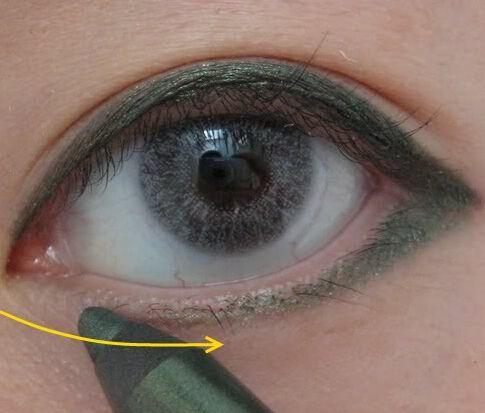 2,用眼线笔,由眼睛的内眼角,向外侧细细地画上黑色眼线,从内眼角画