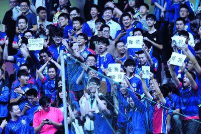 申花低素质球迷打标语辱骂舜天。