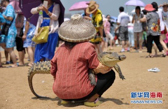 """海南博鳌景点多现与保护动物""""暴力合影"""""""