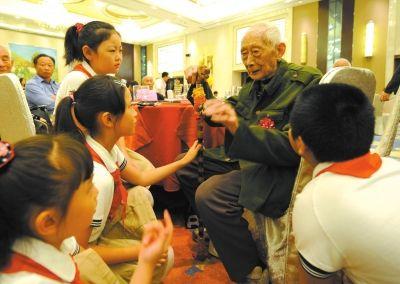 兵重阳聚会 给小学生讲抗战故事