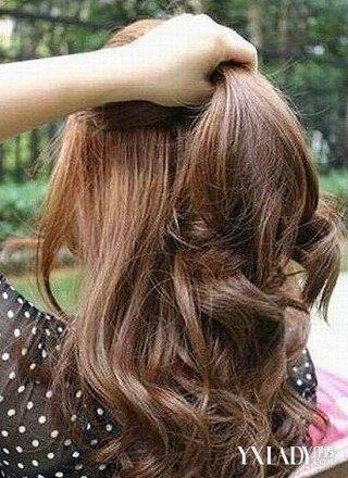 步骤一:首先用手抓个公主头雏形出来,半扎发两侧头发.