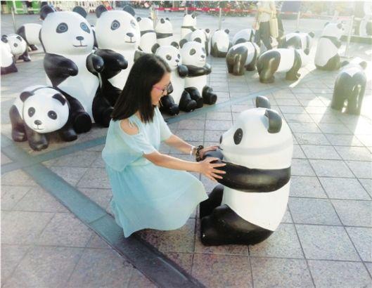 """浙江理工大学学生梁倩倩在奉化银泰,与""""熊猫""""来次亲密接触。"""