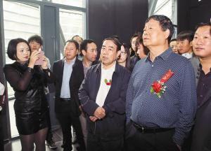 贾平凹(前右二)向王西京(前右一)等介绍其画作 (记者 李明 摄)