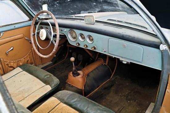 驾驶舱内配备棕黑色座椅和蓝色面板