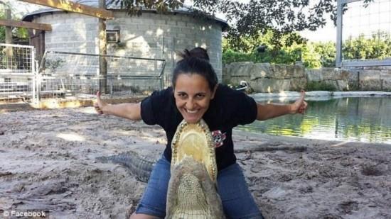 """美国怀孕7个月准妈妈与鳄鱼玩""""搏斗""""(组图)"""