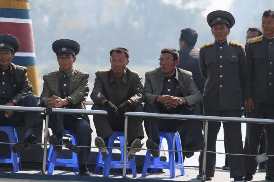 朝鲜新义州景色观赏游览鸭绿江,乘船对岸丹东中国民众.攻略金蝶软件图片