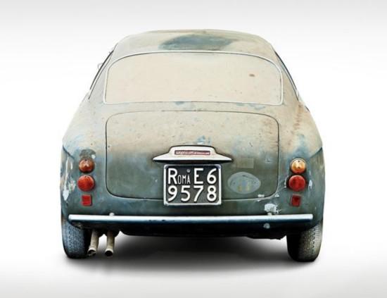 车尾配的是罗马的牌照