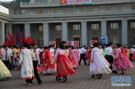 朝鲜青年学生举行舞会庆祝劳动党建党69周年