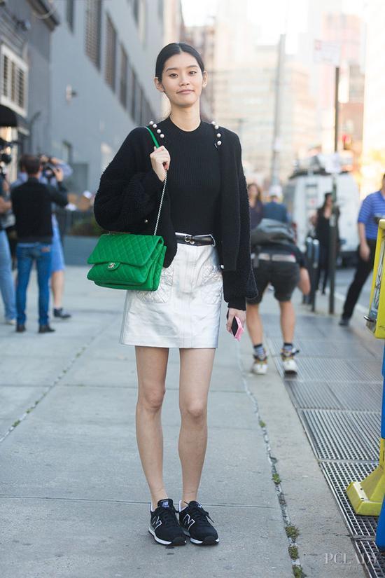 look 2: 黑色针织衫 白色半身裙 chanel 金属链条包