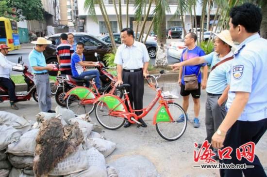 吴川祝督查海口环境卫生 提倡转变工作作风