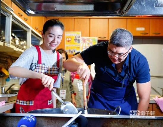 两人合作炒青菜