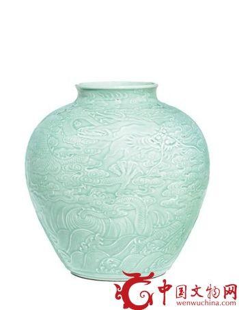 清乾隆御制粉青釉浮雕龙纹罐