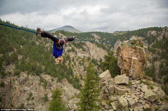 美女子150英尺高空走绳倒立劈叉无所不--陕翘超短裤殿美女图片