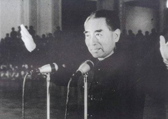 周恩来/1964年10月16日周恩来宣布我国第一颗原子弹爆炸成功...