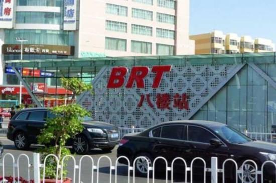 如今的BRT八楼站。(图片来源于网络) 1958年,它曾是新疆楼层最高、服务设施最好的宾馆;2004年,它的身影曾出现在当红歌手刀郎《2002年的第一场雪》的歌词中;它是乌鲁木齐乃至新疆人引以为傲的建筑,它是内地游客慕名前来的目标之一,它也是乌鲁木齐发展的缩影。它就是响当当的八楼。