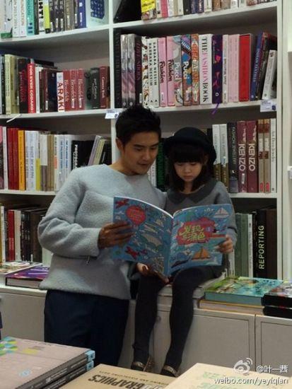 田亮陪女儿学习森碟一脸认真模样可爱(图)