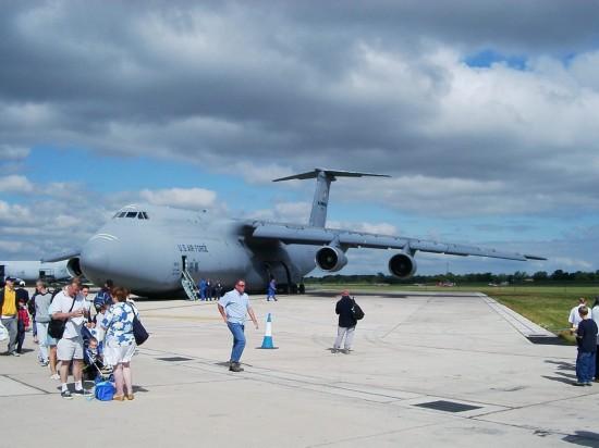 组图:细看美军最大运输机粗壮起落架