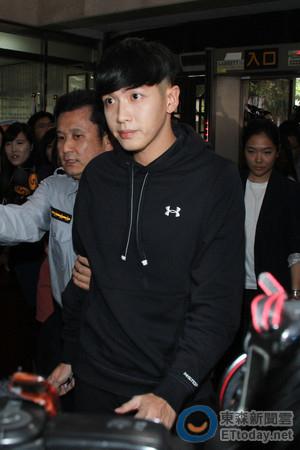 柯震东在台北被传唤出庭 穿黑衣现身(图)