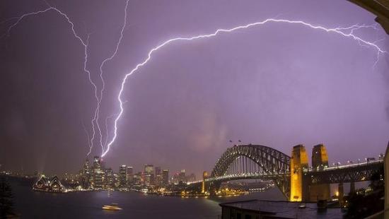 澳大利亚新州遭遇极端天气罕见暴风雪肆虐(图)