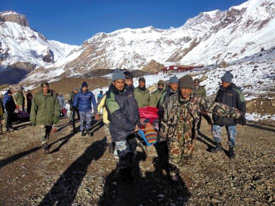 喜马拉雅山脉南麓发生雪崩致24人遇难百人失踪