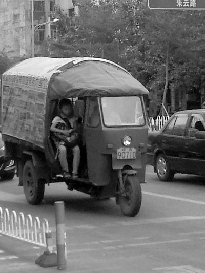 """农用三轮车成""""公交班线"""" 多次整治查起来难"""