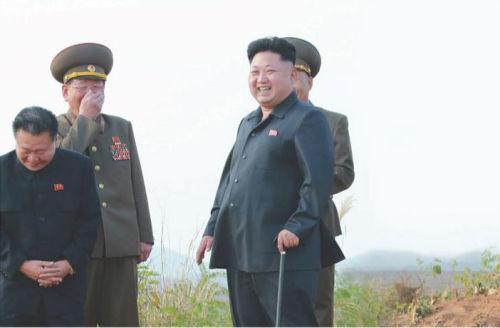 金正恩指导朝鲜空军战斗飞行员进行了在公路机场的起降训练。(图片来源:《劳动新闻》)