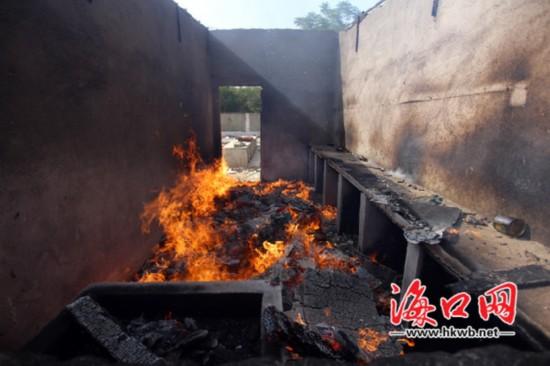 海口一废弃屋内浓烟滚滚 系工人在焚烧垃圾