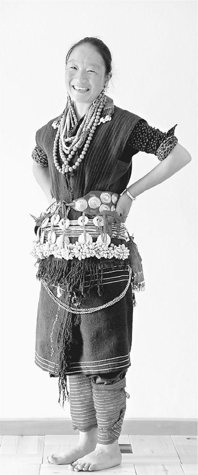 穿戴民族服饰的珞巴族妇女