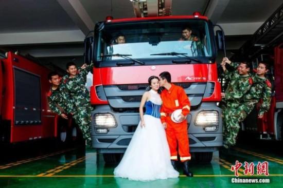 组图:青岛消防员携新娘在消防车前拍婚纱照