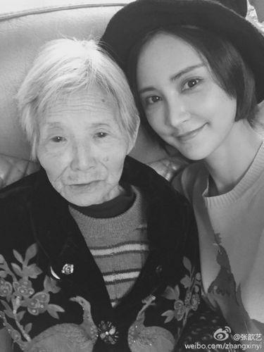 张歆艺晒与外婆合照 祈福:一定要健康长寿