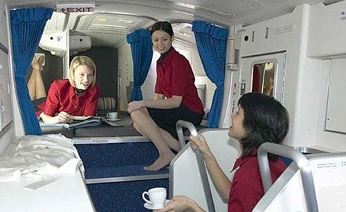 """国际航班上的""""空姐卧铺""""什么样?"""