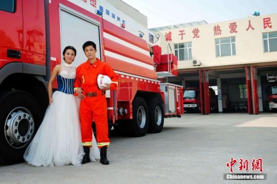 10月18日,山东省青岛市黄岛区消防队员王钧伟和新娘张颖把婚礼的