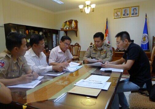 """""""猎狐2014""""赴柬埔寨工作组与当地警方研究缉捕工作方案。"""