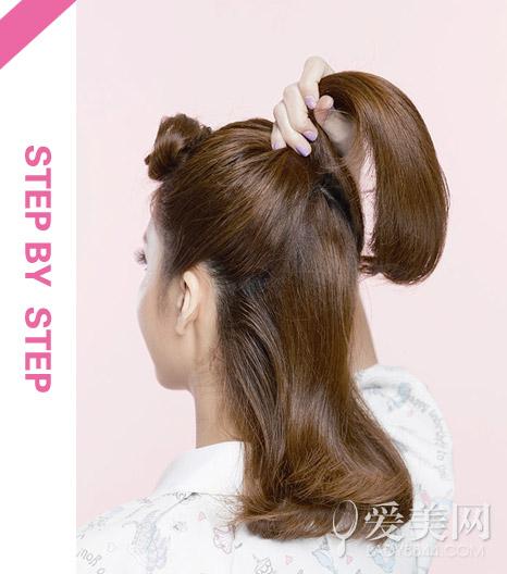时尚  原标题:中长发怎么打理 卷发马尾甜美吸睛   扎发步骤:   step1图片