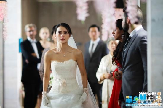 高圆圆和赵又廷将于11月28日在台北举行婚礼,两人的喜帖也已经发到了亲友手中。而由高圆圆主演的《单身男女2》,昨日也趁势曝光了高圆圆在片中的婚纱造型。新娘高圆圆穿着洁白的婚纱,但是却泪眼朦胧,让人对剧情产生好奇。