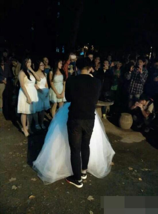 女生求婚哪家强?武汉理工大当仁不让。昨晚,该校物流学院大二女生卢欢(化名),就在老三栋男生寝室楼下,对自己心爱的男友正式求婚。